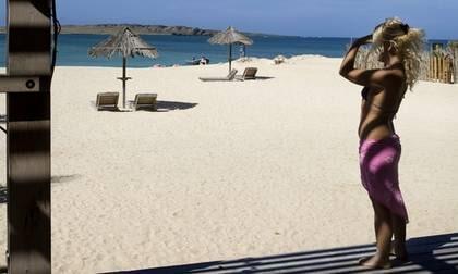 Svalkande skugga på Estorilstranden på Kap Verde. Här finns ett fåtal strandserveringar att välja bland.