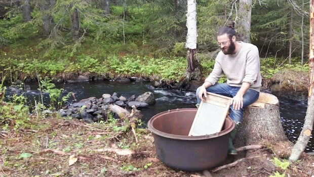 Pontus, 27, byggde en koja och flyttade ut i skogen