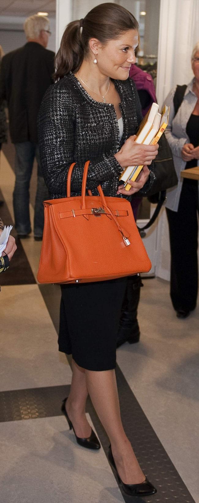 Kronprinsessan Victoria med sin Birkin-väska från Hérmes.