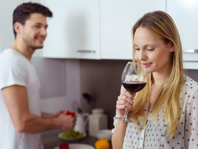 Du kan generellt spara en öppnad vinflaska i 3-4 dagar, men mycket beror på hur du förvarar den. Lär dig mer här.