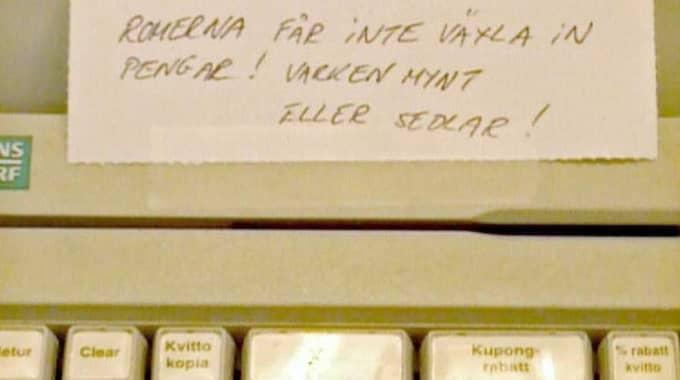 """""""Romerna får inte växla in pengar! Varken mynt eller sedlar!"""", står det på lappen som fotades i kassan på Ica-butiken i Sollentuna. Foto: Love Randberg / Läsarbild"""