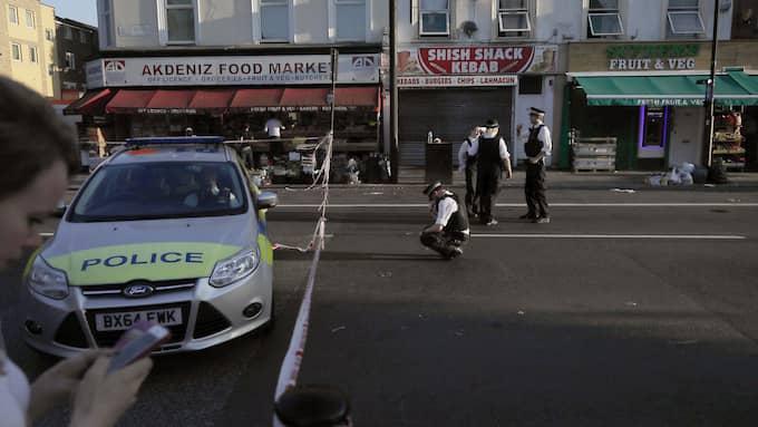 Polisen undersöker platsen på måndagsmorgonen. Foto: TIM IRELAND / AP TT NYHETSBYRÅN