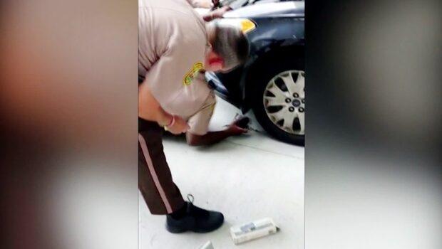 Liten kattunge fast i motorutrymmet på polisbil