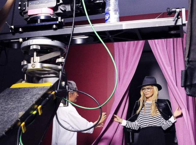 """En dag på jobbet. Izabella Scorupco är i Sverige för att spela in en film för Smarteyes, som hon gör reklam för. """"Jag tycker det är så roligt att jag fortfarande får vara med och leka. Får man ens kalla det här för ett jobb?"""" säger Izabella om jobbet framför kameran."""