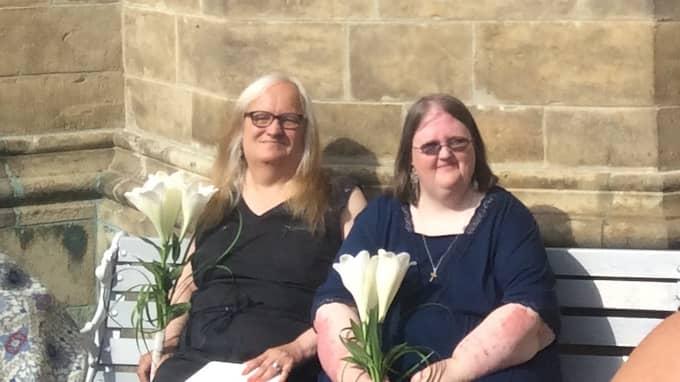 Fru och fru Hansson. Maria och Gunilla gifte sig på lördagen – tio år efter att de var tvungna att skilja sig när Maria skulle genomgå en könskorrigering. Foto: Privat