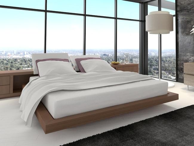Genom att boka hotellrummet på en fredag kan du få ner priset rejält.