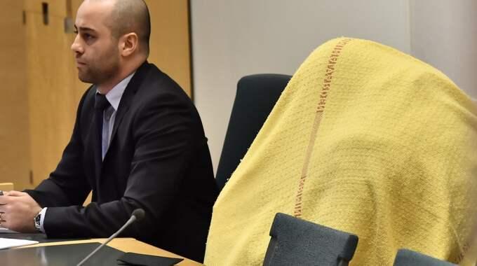 Den 53-årige mannen fördes in i Södertörns tingsrätt under en gul filt. Han misstänks för våldtäkt mot barn, sexuellt utnttjande av underårig, grovt barnporrbrott – och misstänks ingå i ett stor pedofilnätverk. Foto: Jonas Ekströmer/Tt / TT NYHETSBYRÅN