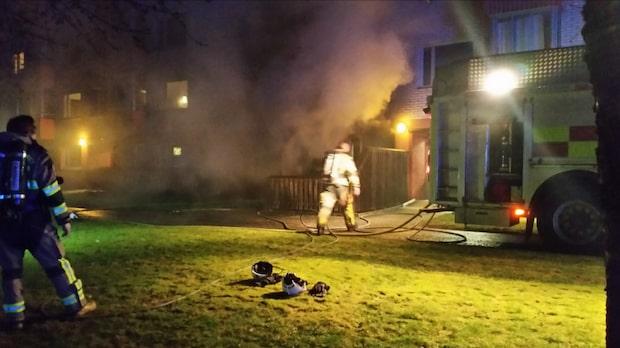 Två till sjukhus efter lägenhetsbrand