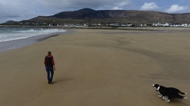 Under några dagar runt påsk förde tidvatten med sig hundratals ton med sand till det område där stranden en gång låg. Så nu har Dooagh-borna återigen en 300 meter lång strand vid Atlanten, rapporterar bland annat The Guardian.