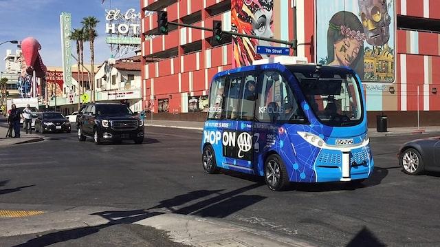 Sportbil krockade med buss
