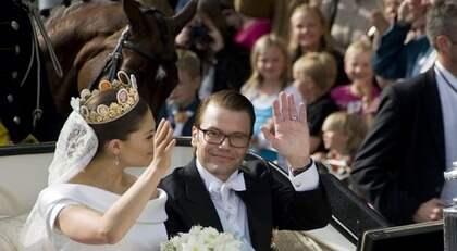 Prins Daniel tar emot det svenska folkets hyllningar under kortegen i Stockholm. Foto: Ivan Da Silva