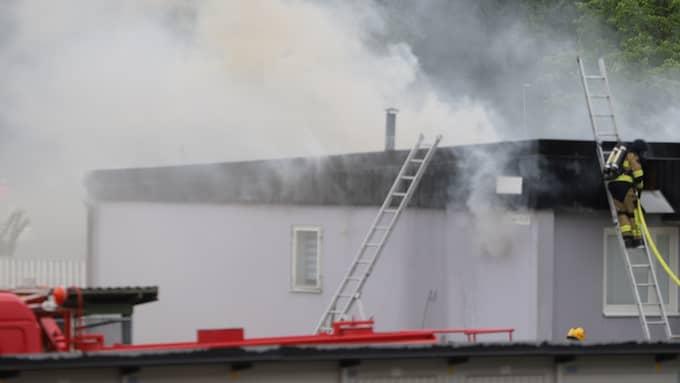 En stor brand bröt ut i ett radhus i Salem på torsdagen. Foto: Janne Åkesson/Swepix