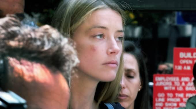 Amber Heard anklagar Johnny Depp för att ha misshandlat henne. Foto: Richard Vogel / AP TT NYHETSBYRÅN
