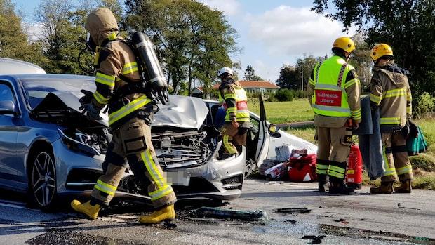 Två bilar i frontalkrock – vägen avstängd