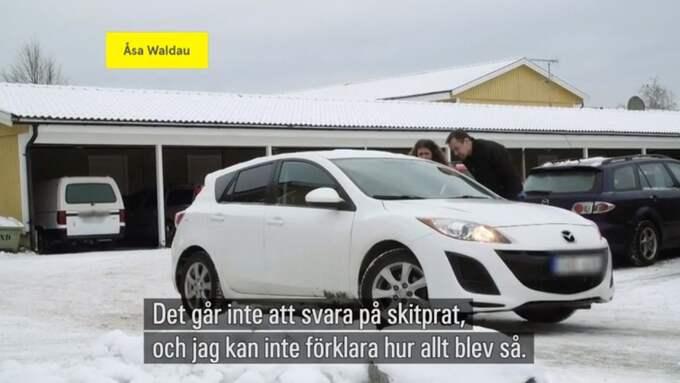"""När """"Uppdrag gransknings"""" reporter Anna Lindman konfronterar Åsa Waldau i programmet börjar hon gråta. Waldau sitter i en bil med nedvevad ruta när hon får frågorna. Foto: Skärmdump/SVT"""