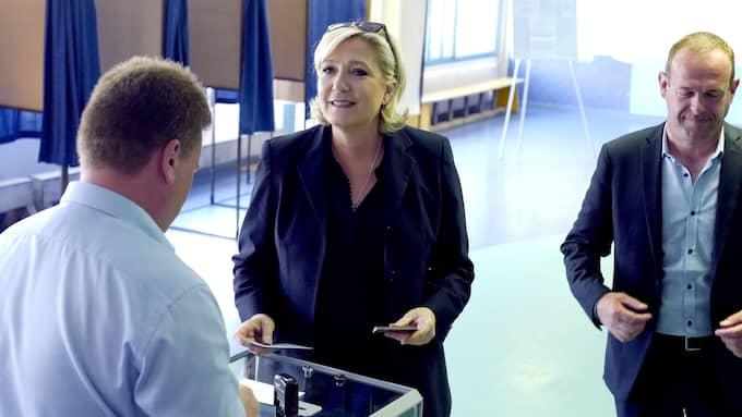Marine Le Pen lägger sin röst i söndagens parlamentsval. Foto: MICHEL SPINGLER / AP/ TT