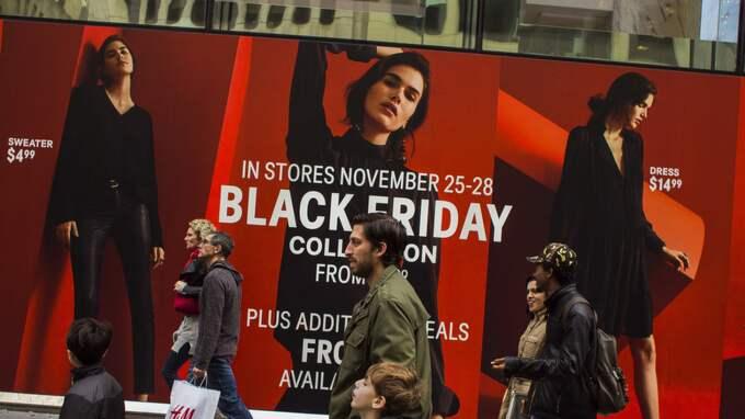 40 procent av köpen skedde i den fysiska handeln medan 46 procent handlade på nätet. Foto: Andres Kudacki / AP TT
