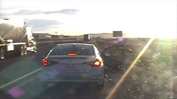 Stoppar bilist för rutinkontroll - sen brakar det lös