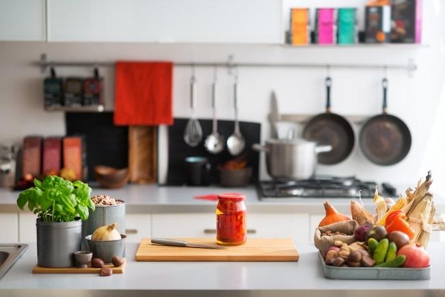 Häng upp dina köksprylar på krokar och skaffa en stor skärbräda som passar över diskhon för att få större arbetsyta.