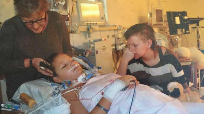 Andrea vårdades först på intensivvårdsavdelning för sina svåra skador och hennes mamma Bente och storasyster Annie fanns vid hennes sida. Foto: Privat