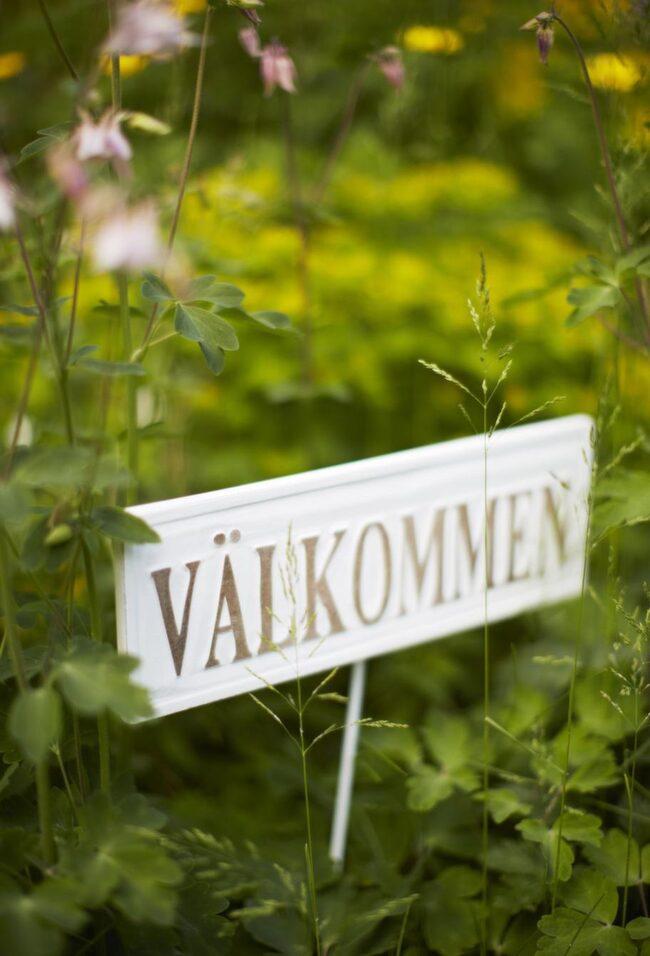 Välkomnande.<br>Välkommen-skylt i trä, 80 kronor, Drömhuset.