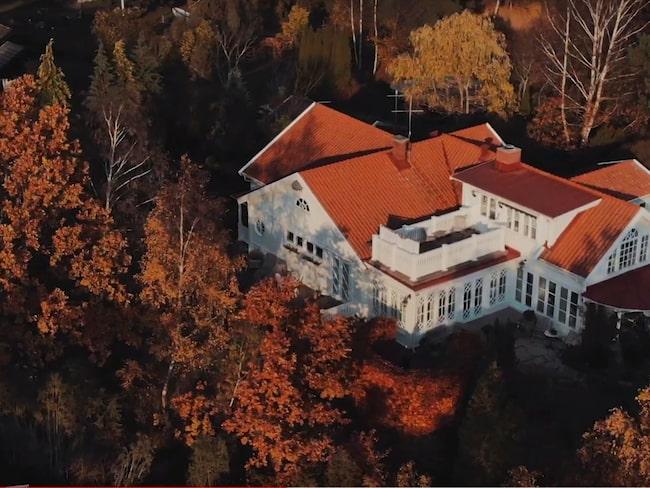 I mäklarannonsen är en film med där drönarbilder av huset visas.