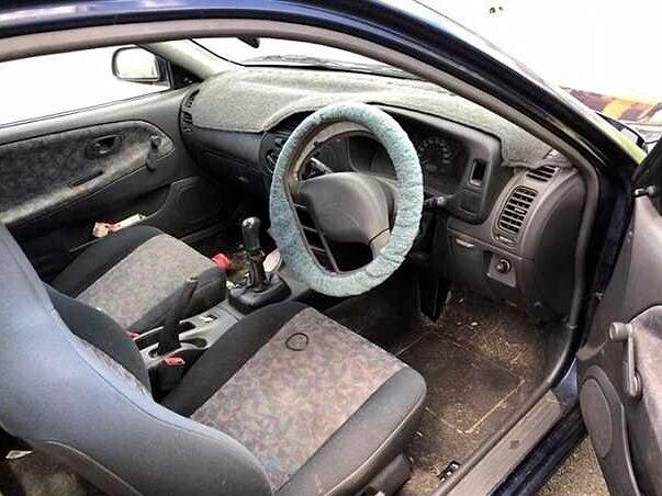 I bilen finns 19 tändare, och en hel del rester från den förre ägarens liv som rökare. Allt inkluderas i köpet.