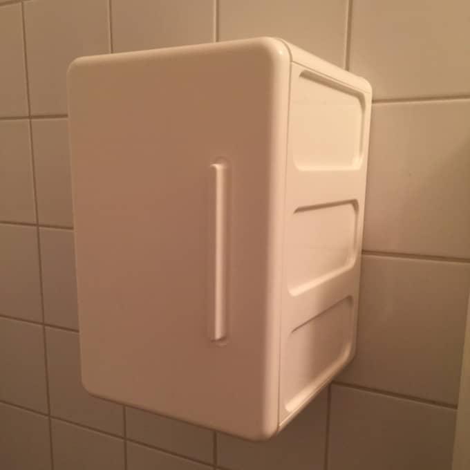 Bindorna finns på skolans toaletter. Så att elever slipper att gå till skolsköterskan, vilket kan vara jobbigt för vissa. En del i initiativet är dock att göra mens en mer naturlig fråga. Foto: Privat