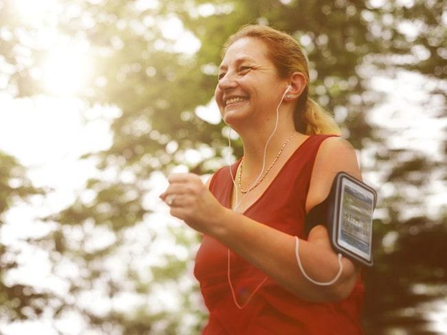 Enligt forskarna i studien så räknar de ett raskt tempo 7 kilometer i timmen, men kan variera lite beroende på hur vältränad man är.