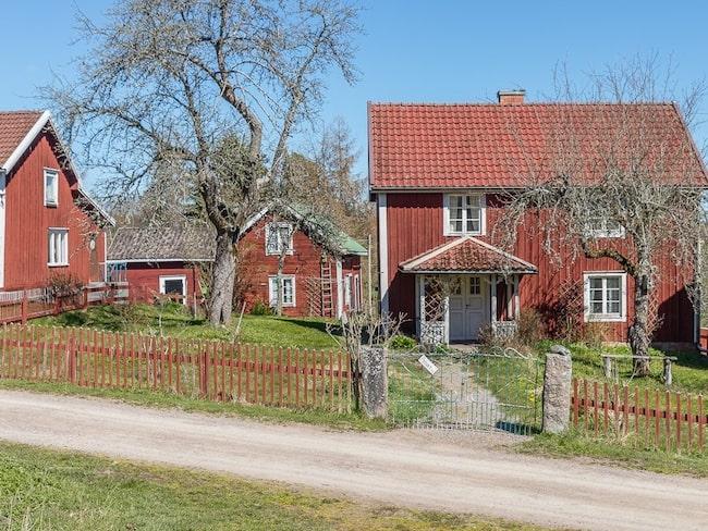 Astrid Lindgrens berömda Bullerby-hus i Vimmerby var till salu i maj.Nu har dock försäljningen stoppats av Astrid Lindgrens värld AB.