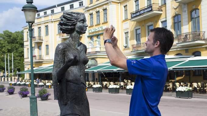 "Stefan Holm fotar statyn ""Sola i Karlsta"". Foto: Anna-Lena Bergqvist."
