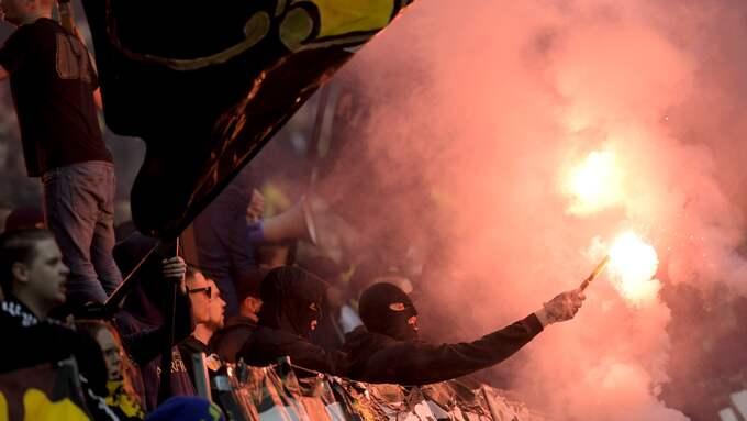 Maskerade personer i AIK klacken tände bengaler under fotbollsmatchen i Allsvenskan mellan AIK och Häcken den 2 april 2017 i Stockholm. Foto: JOEL MARKLUND