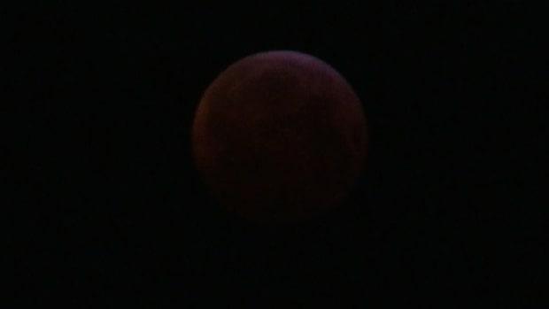 Världens blickar dras till dagens superblodmåne