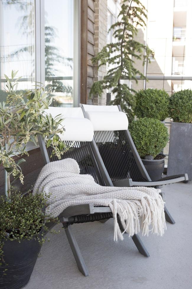 Med en stor balkong där bland annat formklippta buxbom, citronträd och oliver trivs saknar paret inte sin gamla trädgård. Här ute tillbringar de mycket tid.