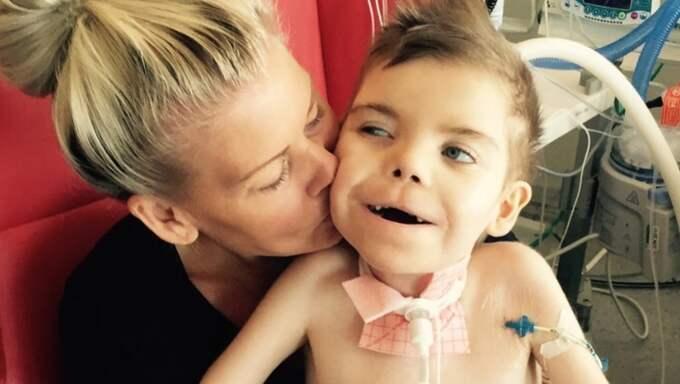 Monica Hjertén kämpar för att sonen Neo, 7, ska få en så bra tillvaro som möjligt. Han lider av en ovanlig sjukdom som bara sju barn i världen har. Foto: Privat