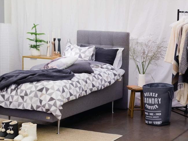 Grått och grafiskt. Vitt, svart och alla nyanser av grått gäller i den trendiga gråzonen. Det är stilrent men ändå inte, eftersom rena rama mönsterfesten råder. Bild från Jysk.