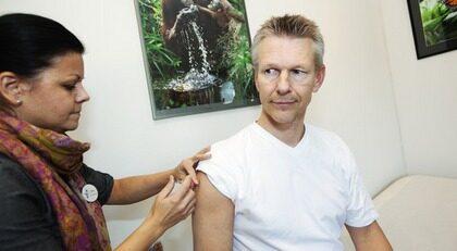 """Färre biverkningar. Sjuksköterskan Malin Yderstedt ger Gunnar Karlstein, 53, influensavaccin. """"Många har hängt på låset för att få vaccin. Vi har redan märkt att årets vaccin verkar ge mindre biverkningar. Färre klagar på att de har ont i armen eller har feber efteråt"""", säger hon."""