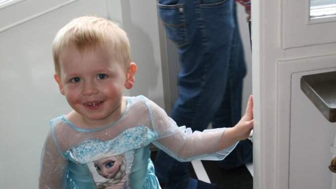 På sin treårsdag klädde Otis ut sig till karaktären Elsa i Disneyfilmen Frost. En film som han älskar berättar mamma Camilla Windhardt. Foto: Privat