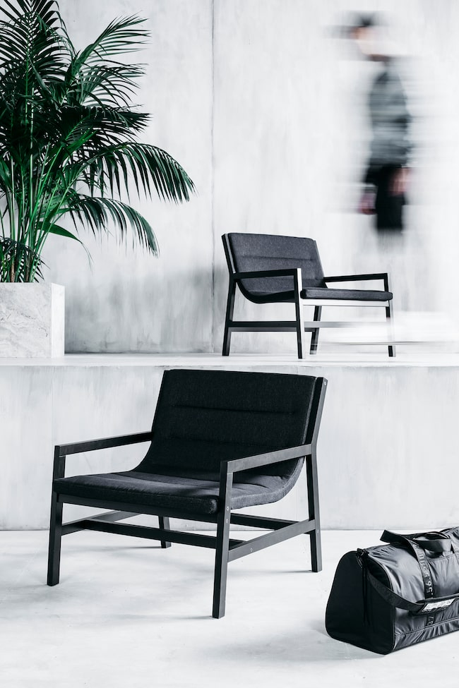 """Ikeas nya kollektion """"Spänst"""" – ett samarbete med modedesignern Chris Stamp. Spänst fåtölj, 1995 kronor. Duffelväskan kostar 299 kronor."""