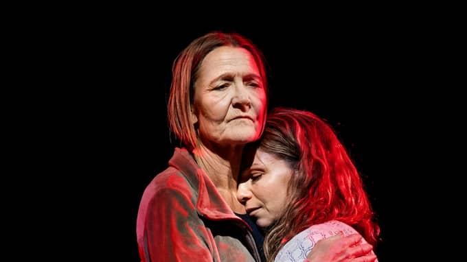 Mor och dotter i Jag är en annan nu. Foto: Sören Vilks.