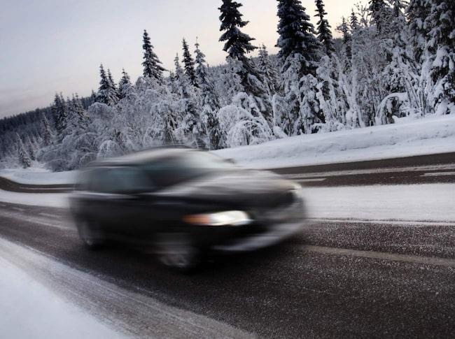 Volvo är en av få tillverkare som valt att alltid låta bakljusen vara tända. Många tillverkare använder i stället en autofunktion som ska slå på ljusen om det är mörkt. Men systemen fungerar inte tillräckligt bra, varnar Motormännen.
