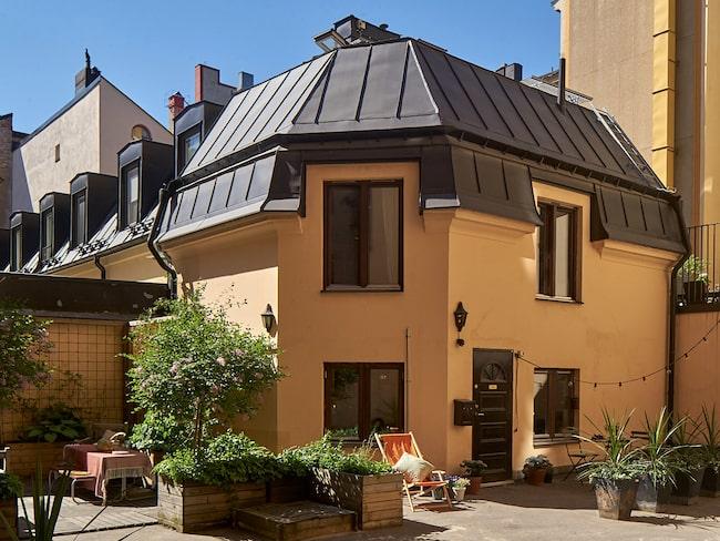 Här bor du på tre våningar och med utegård – mitt mellan huset i centralaste delen av SoFo (Söder om Folkkungagatan) på Södermalm i Stockholm!