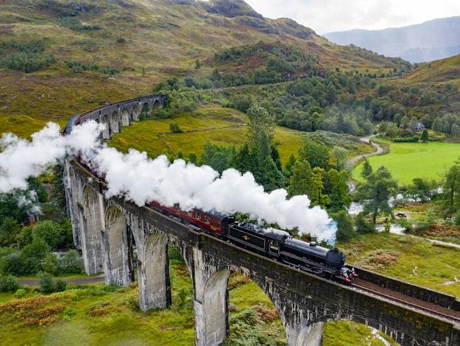 Järnvägsbron Glenfinnan blev världsberömd genom Harry Potter-filmerna. I hela fyra av filmerna ses bron och ångtåget Hogwarts Express.