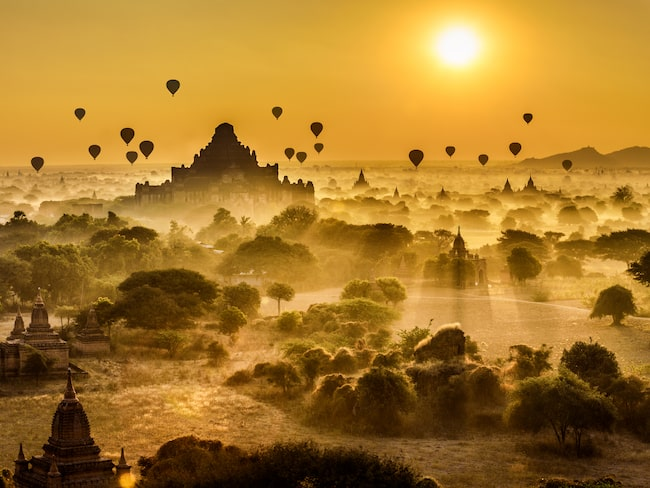 Ballongförd i morgondimman i Bagan, Myanmar.
