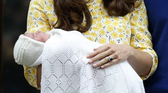 Här visar Kate Middleton och prins William upp sin dotter för första gången. Foto: Alastair Grant
