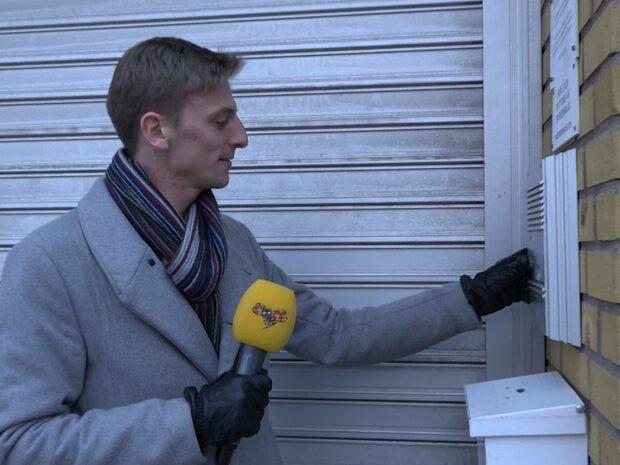 Här försöker reportern besöka polishuset – men ingen är där