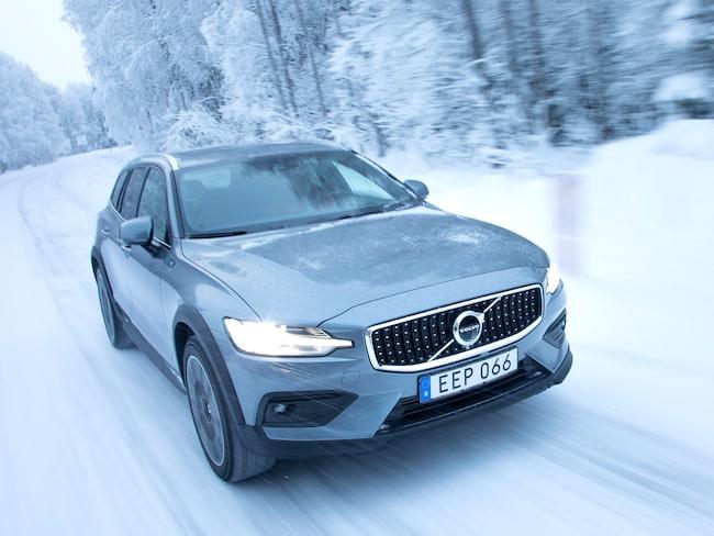 Volvo V60 Cross Country i full frihet på snötäckta vägar utanför Luleå.