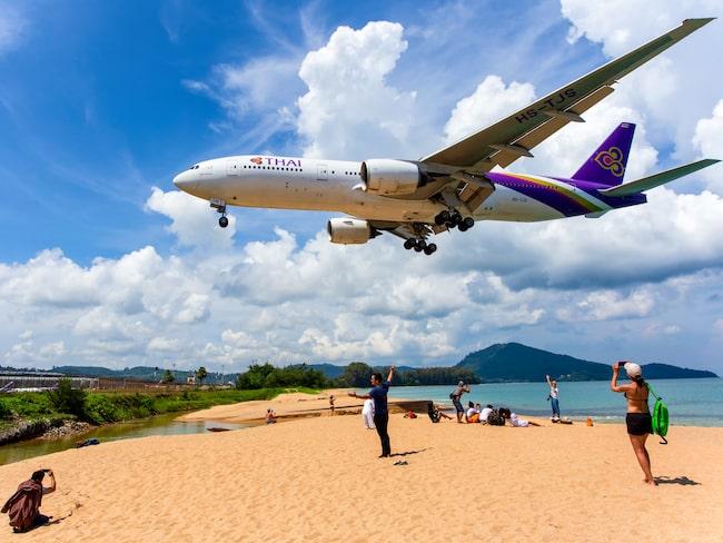 Den populära stranden ligger precis intill landningsbanan.