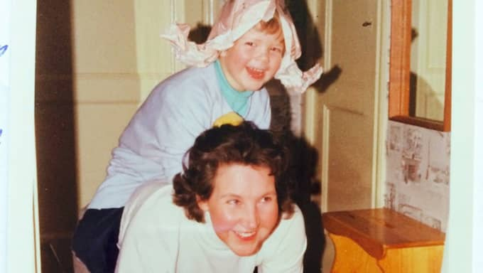 Joakim Bergman som liten pojke, tillsammans med sin mormor. Foto: Privat