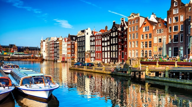 Amsterdam är definitivt Europas mest frisläppta storstad, känd för droghandel och prostitution. Men samtidigt är den också en rik och högborgerlig stad med flera världsberömda museer, som Rijksmuseum och Van Gogh-museet.